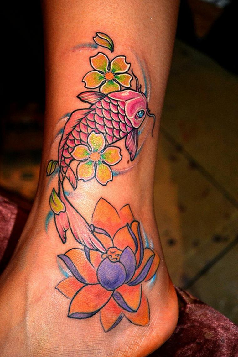 tatuaggi alla caviglia, disegno koi per gli amanti del genere giapponese con alcuni simboli ricorrenti