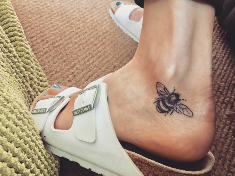 Disegno tattoo ape, tatuaggi piccoli caviglia donne, ciabatte bianche marchio Birckenstock