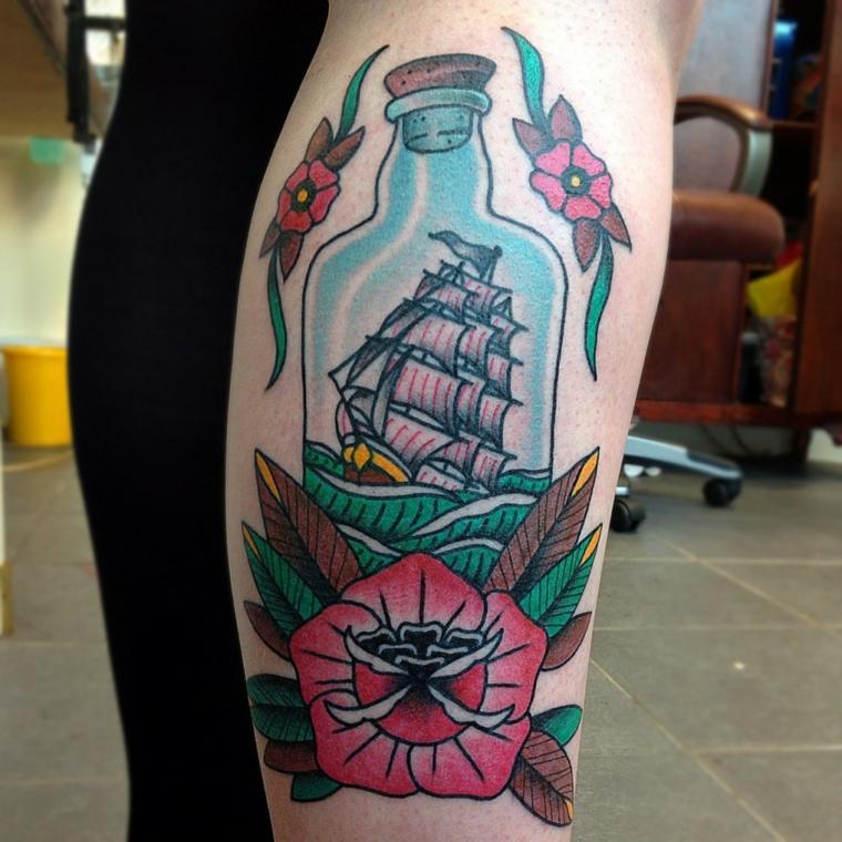 tatuaggio sul braccio in stile old school raffigurante una bottiglia con dentro un veliero