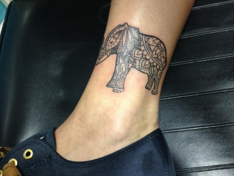 tatuaggi per caviglia, disegno raffigurante un elefante in stile indiano in bianco e nero