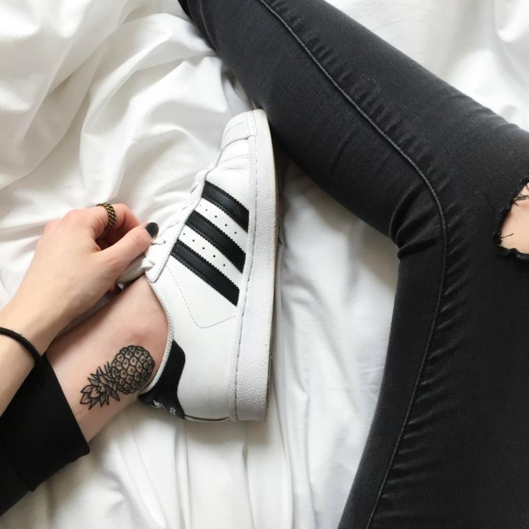 Tatuaggi femminili eleganti, tattoo disegno ananas, scarpe da ginnastica bianche