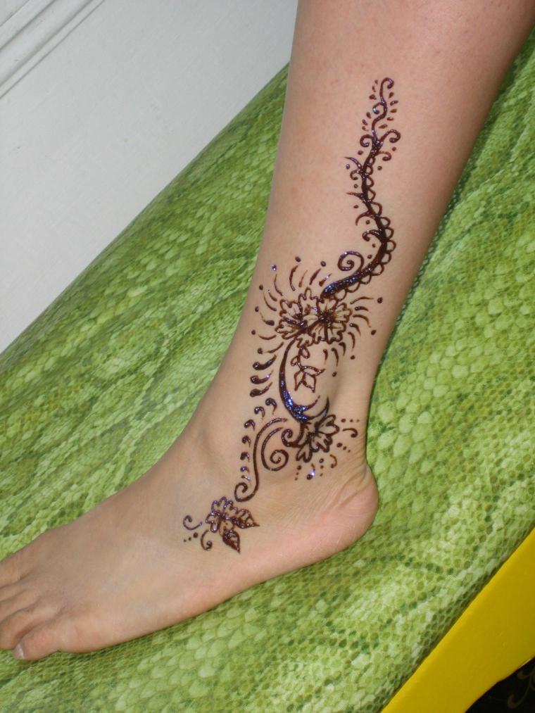 tatuaggio piede caviglia, una proposta realizzata con henné adatta ad una donna
