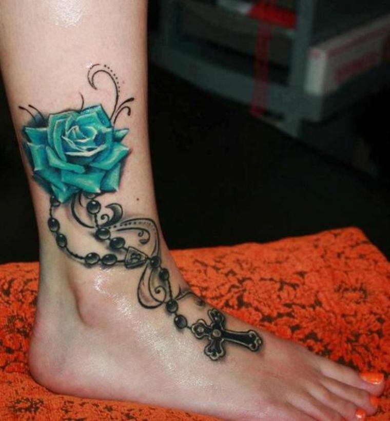 tatuaggio alla caviglia, un disegno che comprende anche il piede con un crocefisso e una rosa