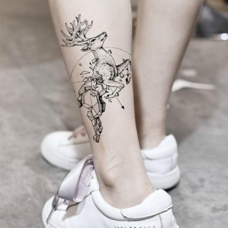 Disegno renna con figure geometriche, tatuaggi femminili, donna con scarpe da ginnastica
