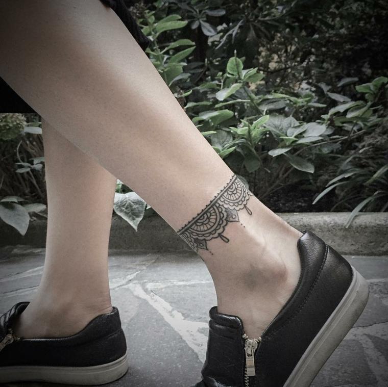 tatuaggi per caviglia, una proposta adatta a un pubblico femminile: un bracciale in stile orientale