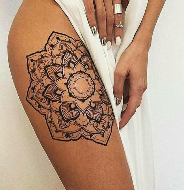 Disegno mandala di grande effetto, tatuaggio grande sulla coscia di una donna