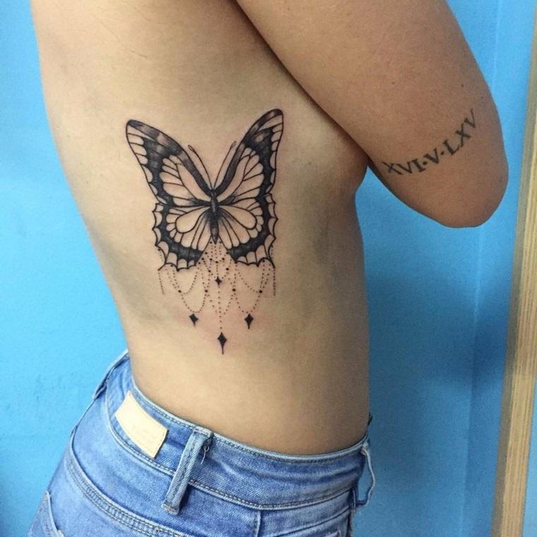 Tatuaggi belli per donne, idea con una farfalla grande e numeri romani sul braccio