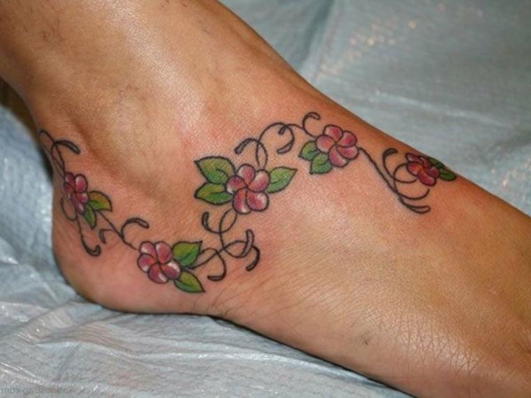 tatuaggio con dei fiori tropicali rosa con delle sfumature che comprende piede e caviglia