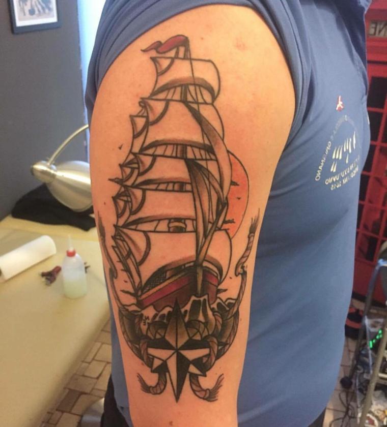 tatuaggio di grandi dimensioni per il braccio con un veliero in stile tradizionale