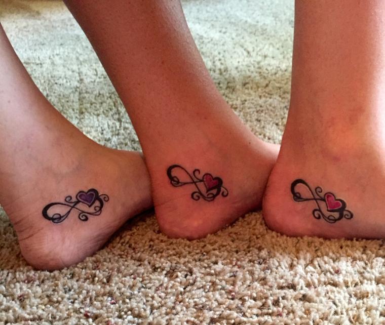 tatuaggio raffigurante il simbolo dell'infinito con un cuore rosso all'interno: idea da fare con amiche o parenti
