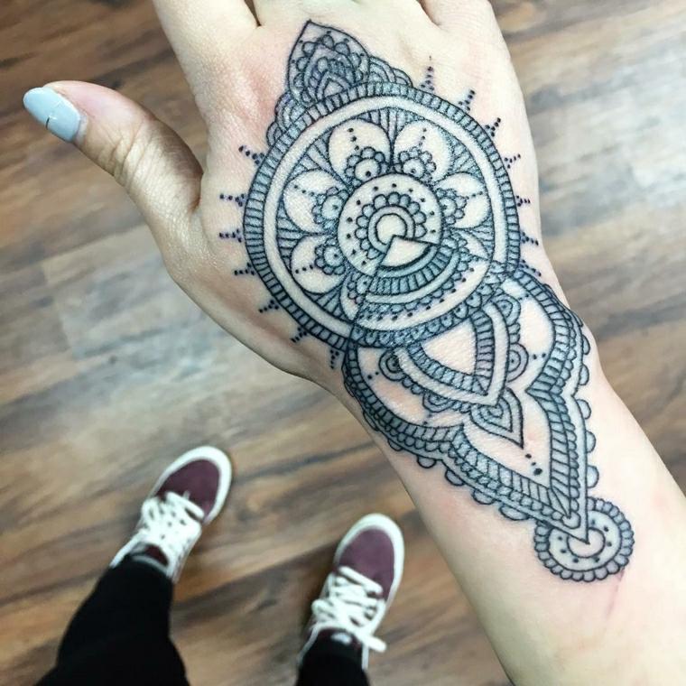 Tatuaggi donna, idea per un tattoo sul polso e un disegno mandala con forme geometriche