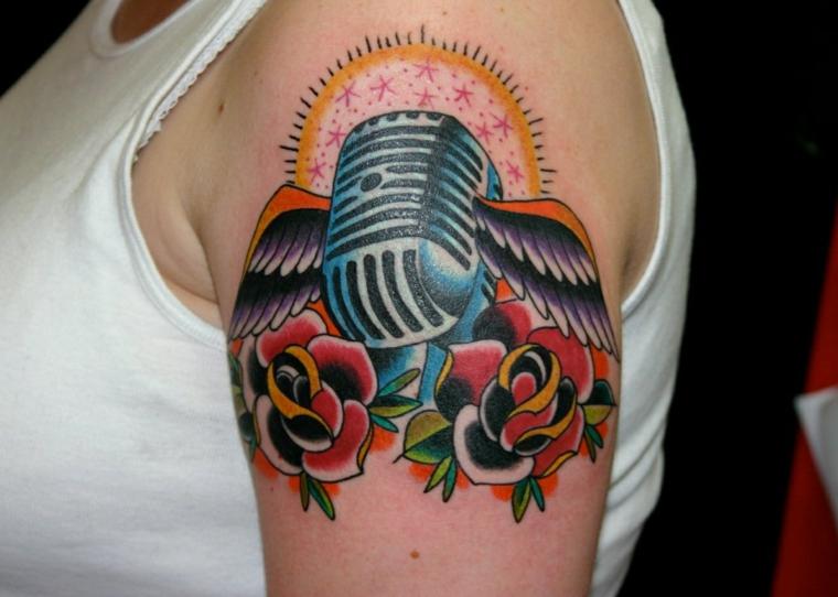 tattoo old school disegni, un vecchio microfono con due grandi ali e due rose rosse