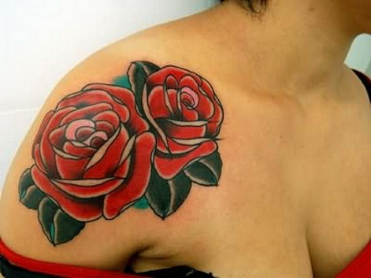 tatuaggi old school, due rose rosse di grandi dimensioni con foglie verdi sulla spalla