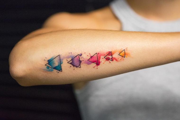 Tattoo femminili, disegno geometrico colorato sul braccio di una donna
