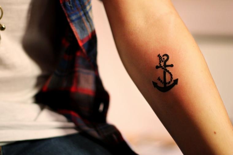 PIccoli tatuaggi per donna, ancora sul braccio disegnato con inchiostro di colore nero