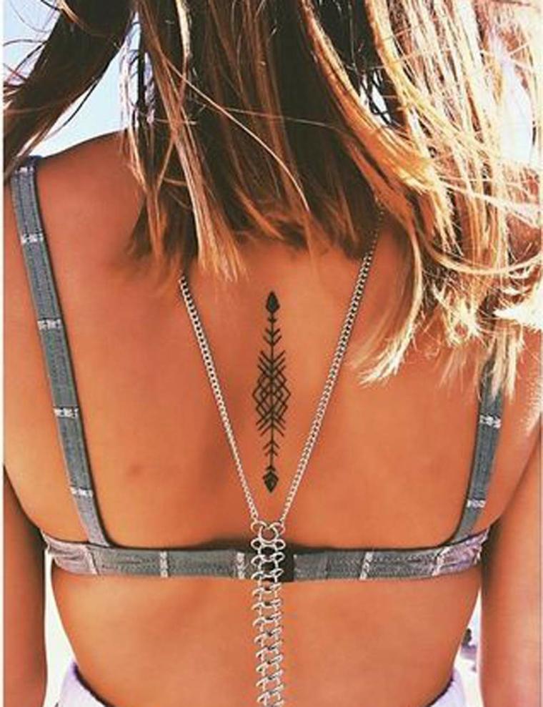 Tatuaggi piccoli particolari da fare sulla schiena, disegno con inchiostro di colore nero