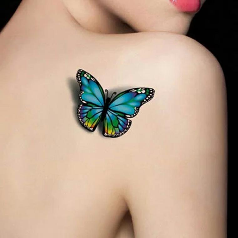 Tatuaggi femminili, farfalla piccola e colorata sulla schiena di una donna