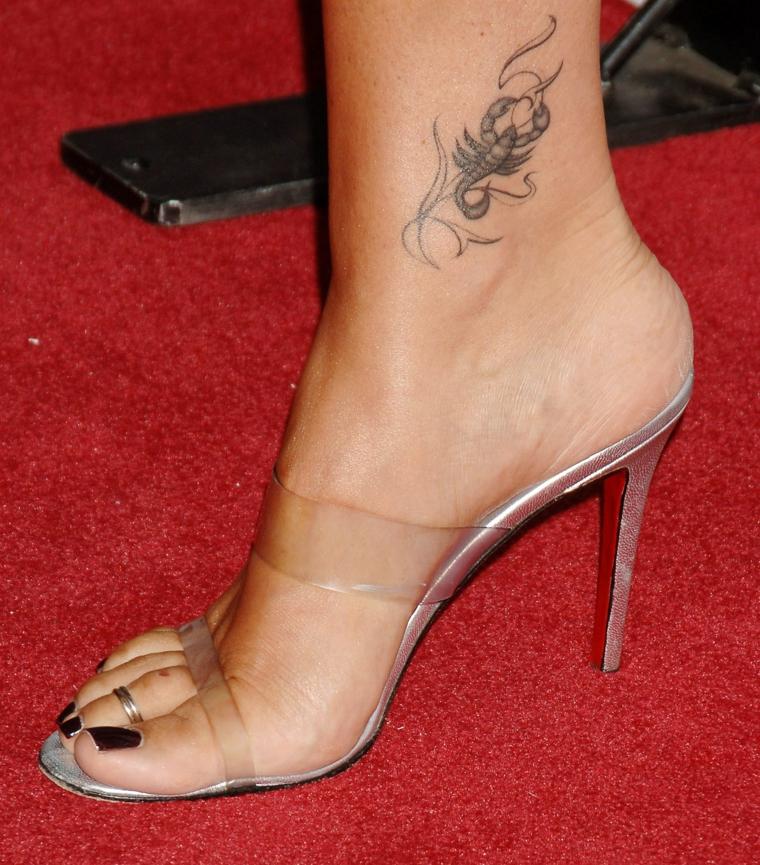 tatuaggio raffigurante il segno zodiacale dello scorpione, disegno  all\u0027esterno della caviglia
