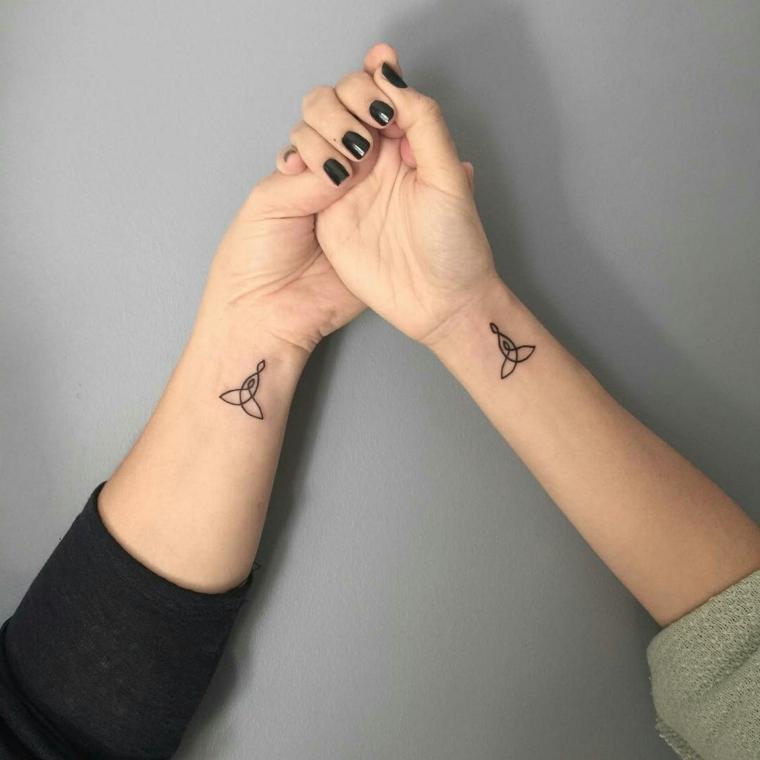 Tatuaggi piccoli particolari, tattoo sister con un disegno di colore nero da fare sul polso della mano