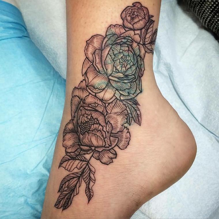 tatuaggio caviglia, un disegno di ampie dimensioni raffigurante delle peonie