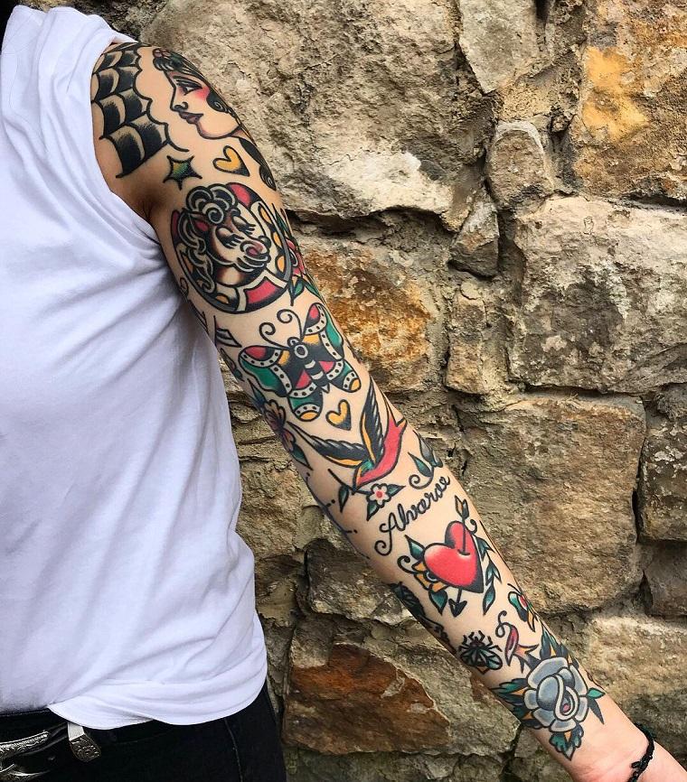 tattoo vecchia scuola sul braccio di un uomo tatuaggi colorati con scritte