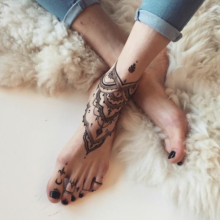 Tattoo caviglia, donna con tatuaggi sulla gamba, disegno tattoo mandala