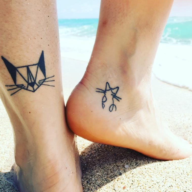 tattoo caviglia, due gattini stilizzati realizzati nella parte posteriore