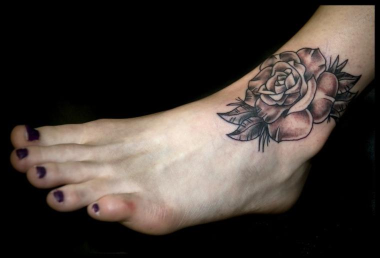 tattoo caviglia, un disegno raffigurante una grande rosa con delle sfumature