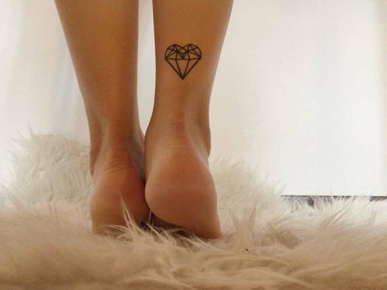 Tappeto bianco pelo lungo, tatuaggi femminili, disegno tattoo cuore di cristallo