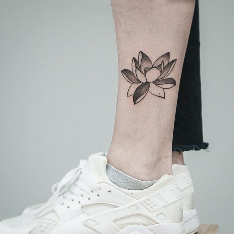 Tatuaggi femminili eleganti, disegno tattoo fiore di loto, donna con tattoo sulla caviglia