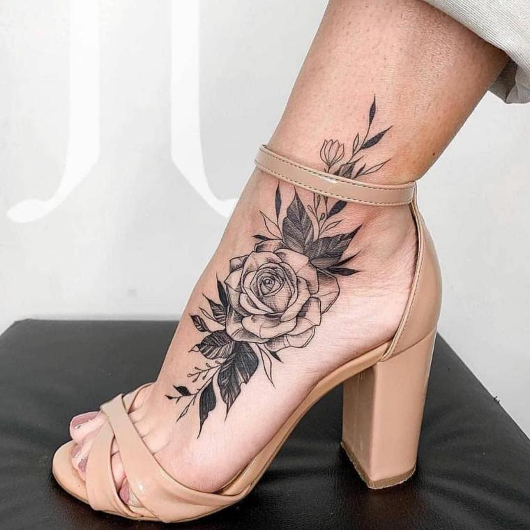 Tattoo caviglia, tatuaggio disegno rosa con petali, donna con sandali tacco alto