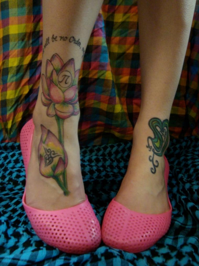 tattoo caviglia, due idee per la zona anteriore, entrambi colorati e con dei significati
