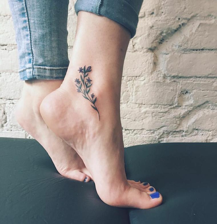 Piedi con smalto blu, tattoo disegno fiore colorato, tatuaggi piccoli caviglia donne