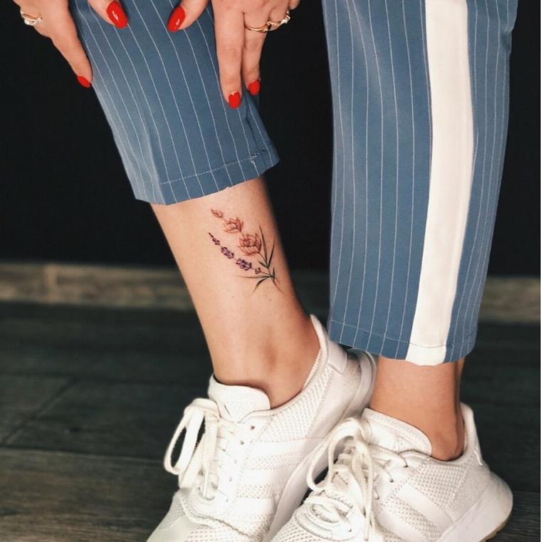 Tatuaggi femminili eleganti, tattoo disegno fiore di lavanda, donna con unghie smalto rosso