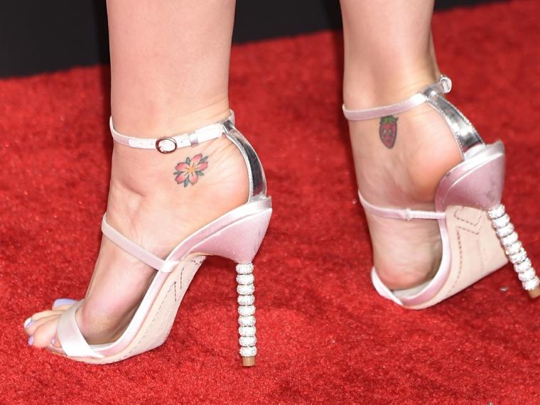 tattoo famosi, due piccoli disegni sotto caviglia sfoggiati da Katy Perry