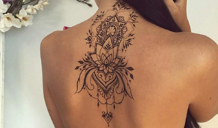 Tattoo particolari piccoli, idea per un tatuaggio femminile da fare sulla schiena