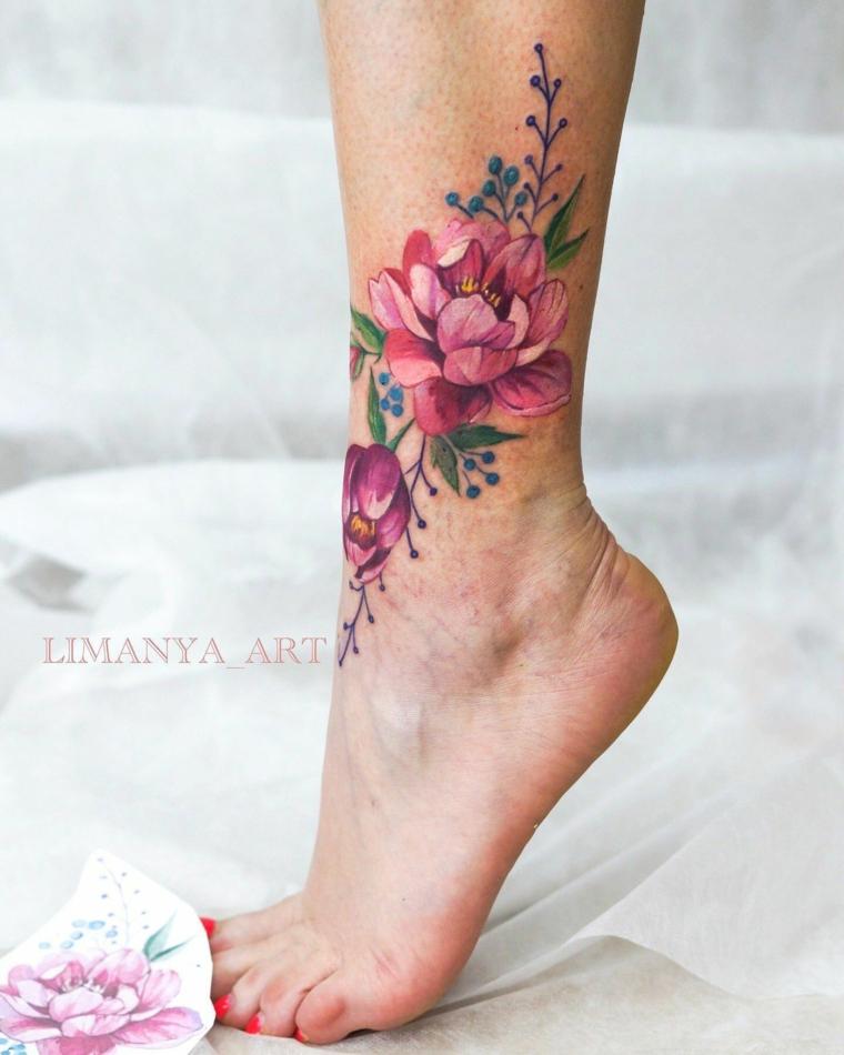 Tatuaggi piccoli caviglia donne, disegno tattoo fiore colorato, donna con smalto rosso