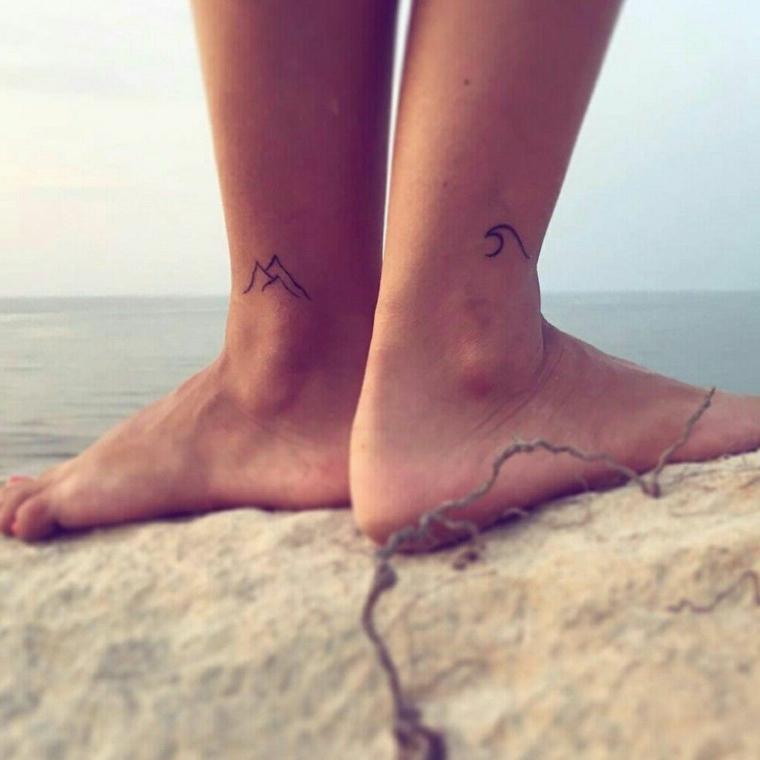 Tatuaggi alla caviglia, tattoo disegno onda di mare e montagna, donna a piedi nudi