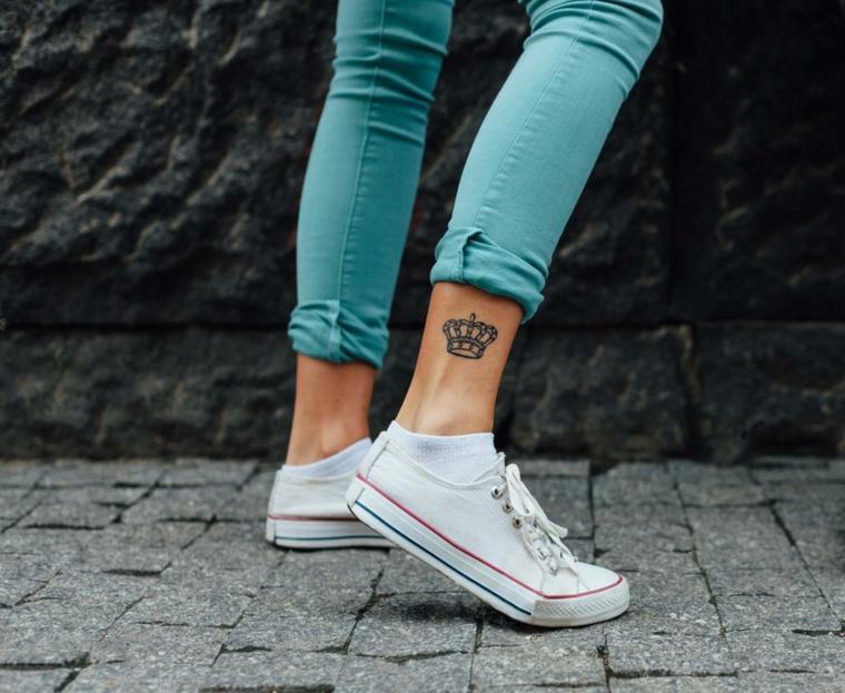 Tatuaggi alla caviglia, donna con tattoo sulla gamba, tatuaggio disegno corona di principessa