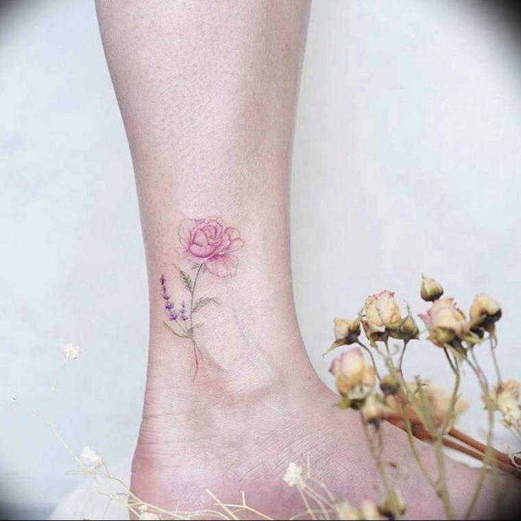Tattoo caviglia, disegno tatuaggio fiore con petali colorati, rose bianche e foglie