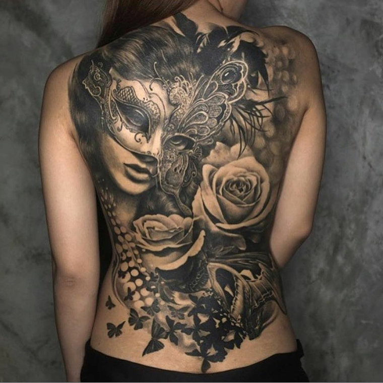 Tatuaggi donna, idea per un grande tatto sulla schiena con una faccia femminile con maschera, rose e farfalle