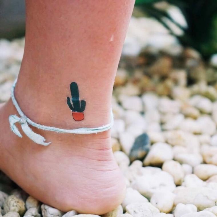 Piede scalzo sui sassolini, disegno cactus sulla caviglia, tatuaggi piccoli caviglia