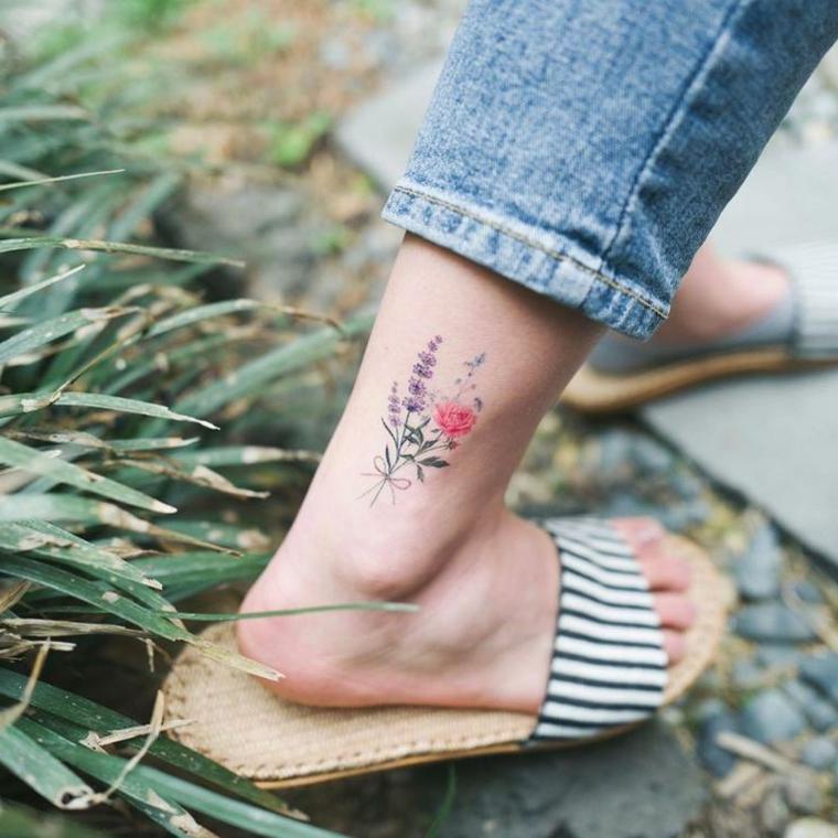 Tatuaggi piede caviglia, disegno tattoo fiore di lavanda, donna con ciabatte estive