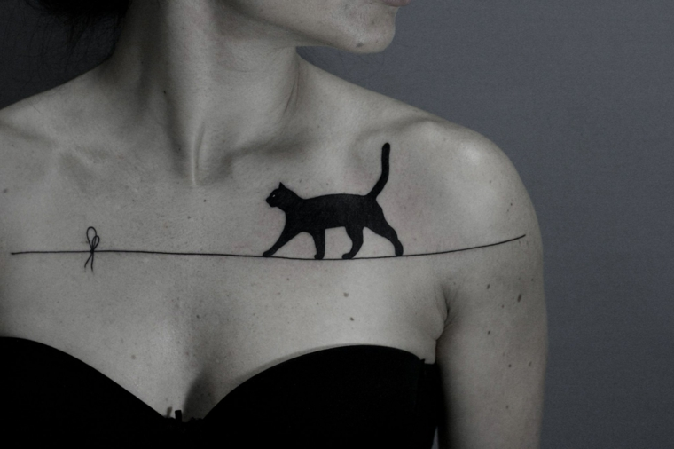 Tatuaggi piccoli per donna, gatto nero che cammina su un filo, idea e significato