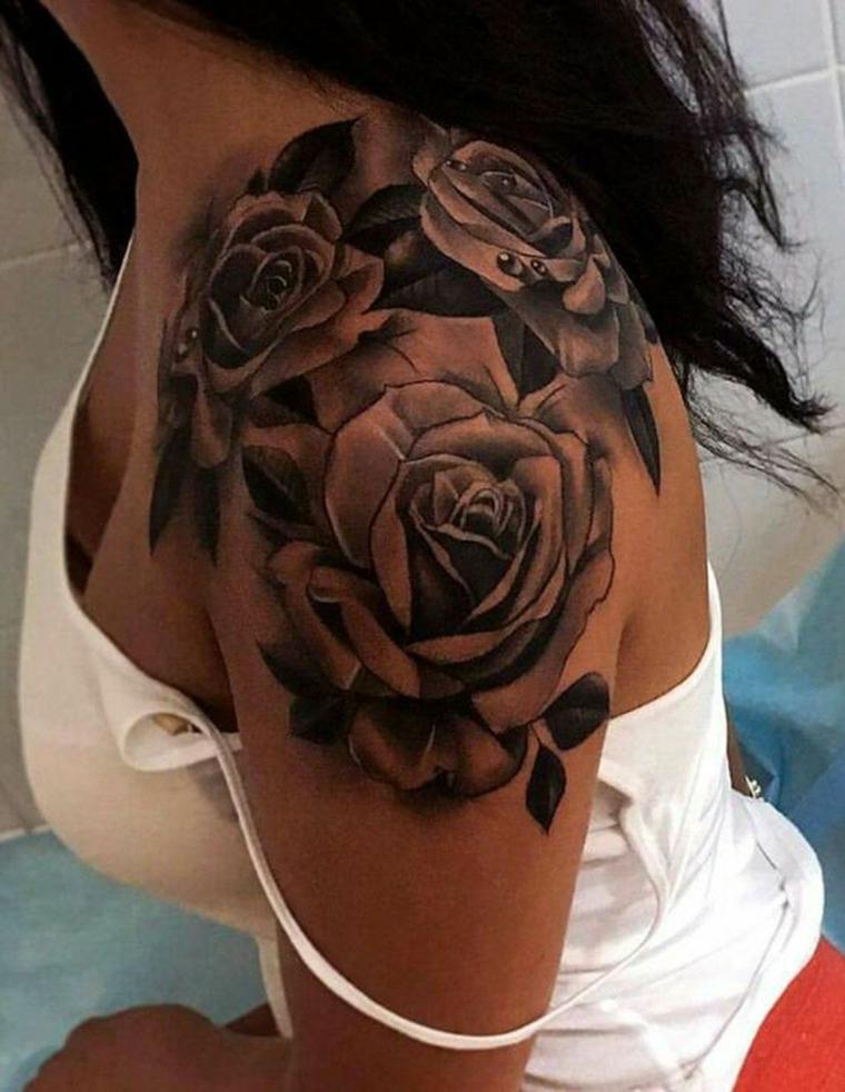 Tattoo femminili, idea per un tatuaggio da donna da fare sulla spalla con rose e tante sfumature