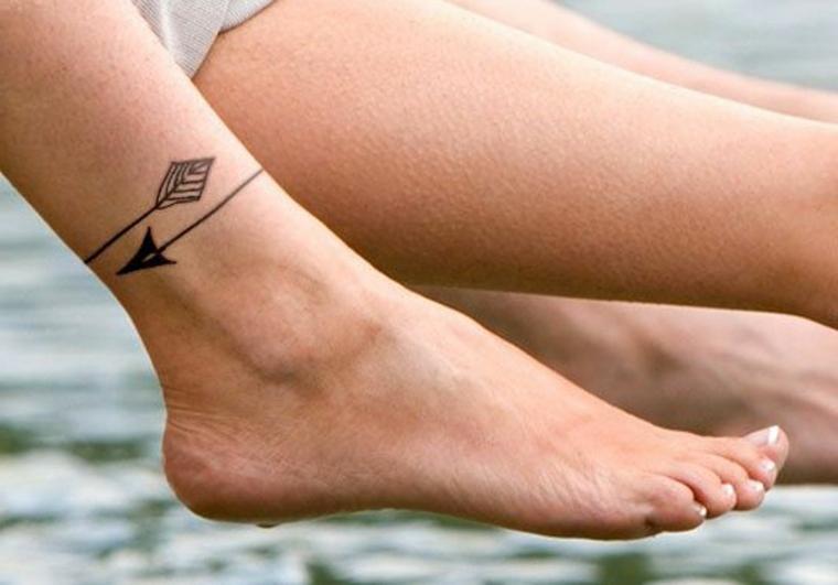 Disegni belli, tatuaggio con frecce sulla caviglia di una donna