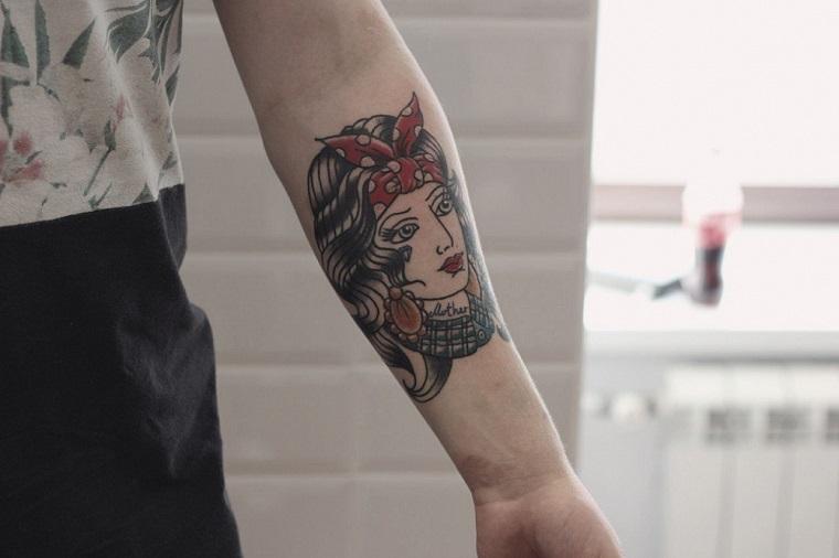 tatuaggi old school bianco e nero tattoo braccio donna disegno pin up