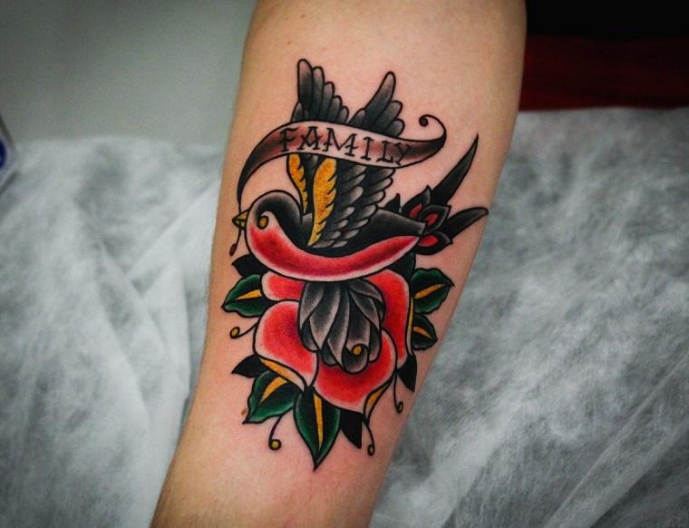 tatuaggi old school famiglia con disegno di uccello e fiore tattoo scritta family