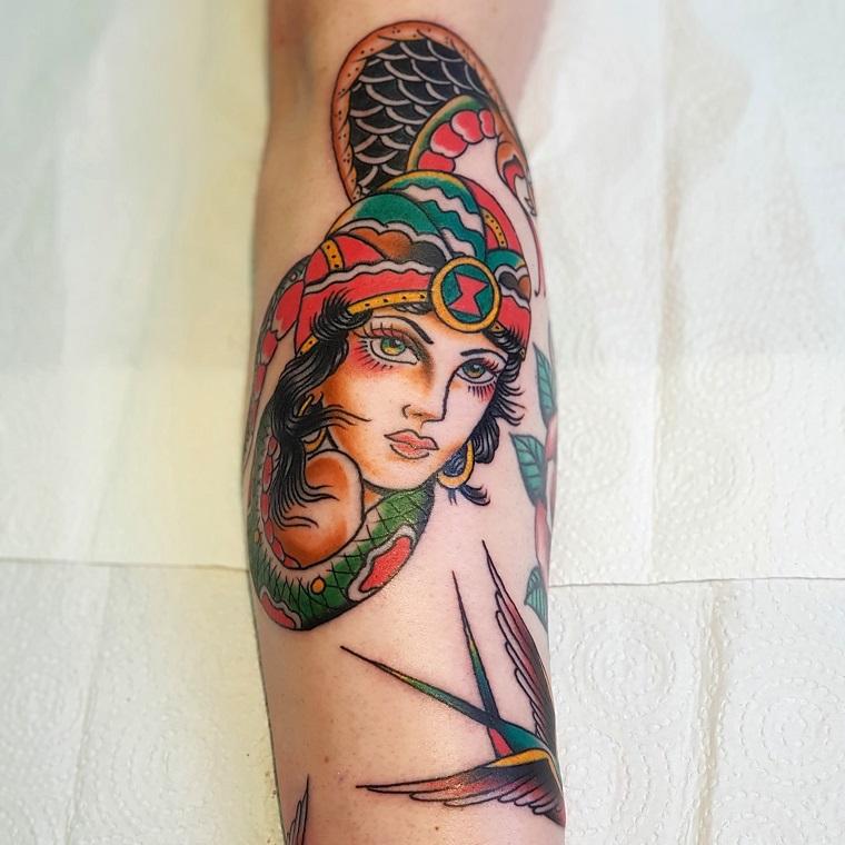 tatuaggi old school femminili disegno tattoo braccio donna con serpente