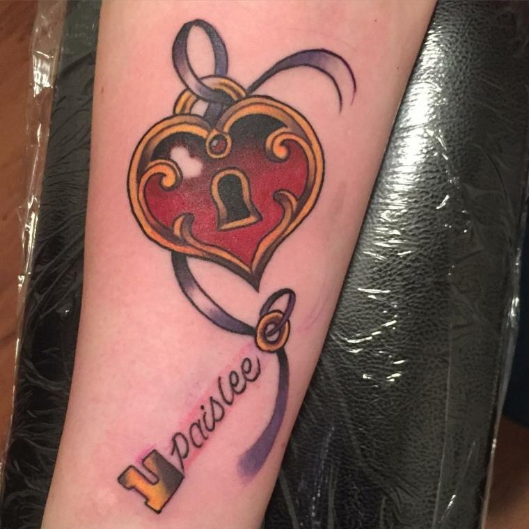 tattoo old school disegni, un grande cuore rosso e oro con una scritta nella chiave